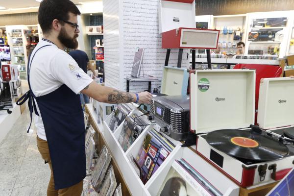 Procura por disco de vinil cresce em Curitiba: mercado dos 'bolachões' está em crescimento