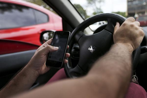 Celular e direção já é considerada a terceira causa de acidentes