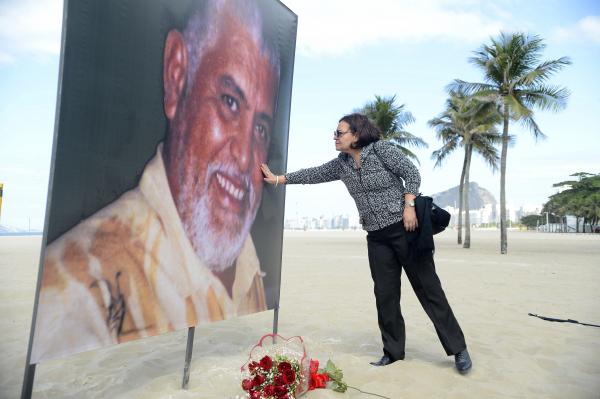 Tânia Lopes, irmã de Tim Lopes, durante ato em memória do jornalista.