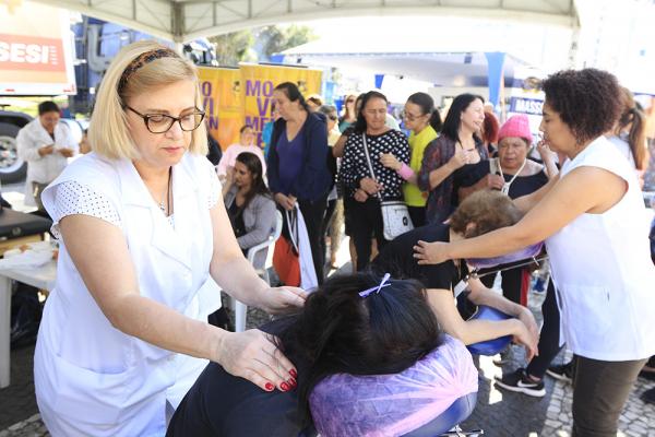 Serviços como massagens foram ofertados para as curitibanas, ontem: mais de 2,7 mil atendimentos