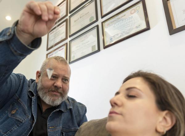 O hipnoterapeuta David Bitterman e a paciente Juliana Hernandes Girardi