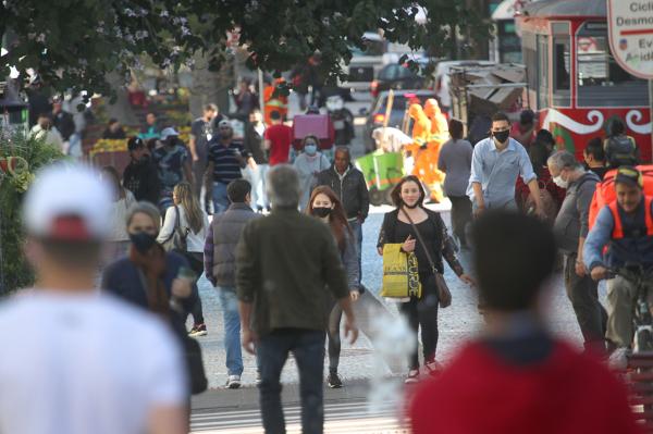 Em Curitiba, reabertura do comércio, ontem, teve movimento nas ruas