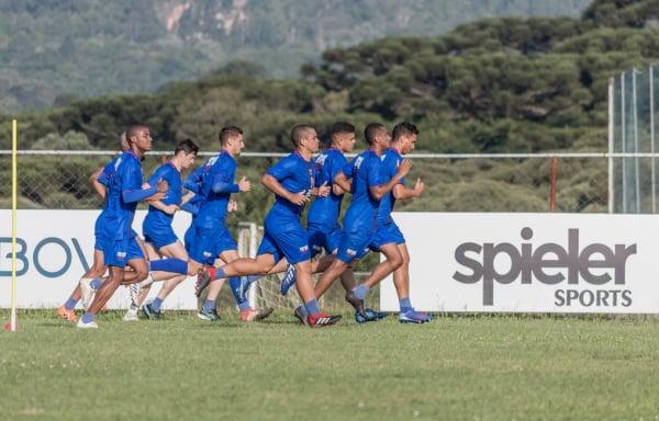 Elenco do Paraná Clube treina no CT Ninho da Gralha