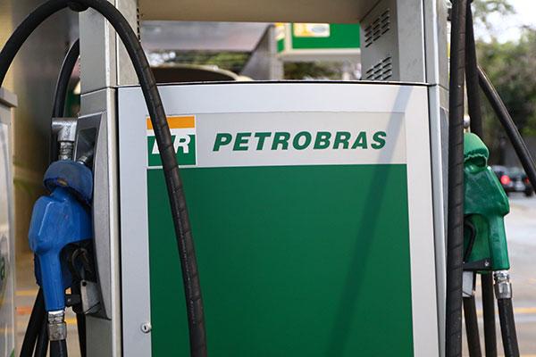 Apenas SC, SP e DF possuem gasolina mais barata