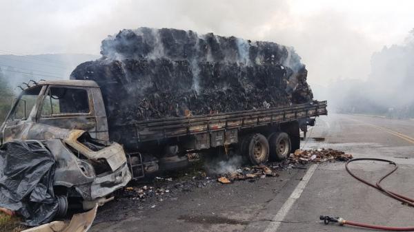 Casal morre carbonizado após colisão com caminhão na BR-153