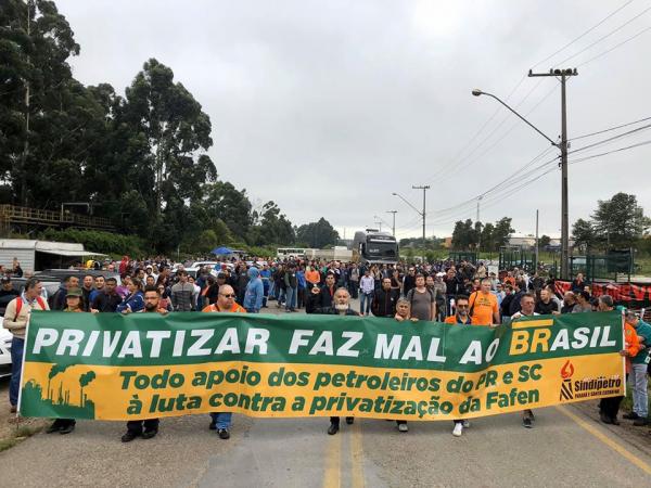 Petroleiros protestam contra fechamento de fábrica: 1 mil trabalhadores podem ficar desempregados
