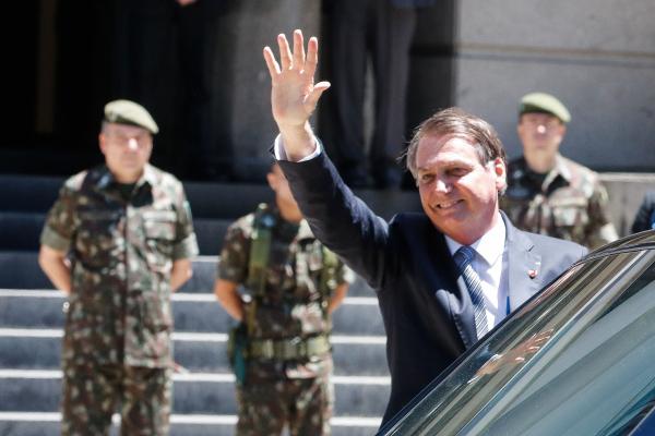 """Bolsonaro: """"Nenhum militar vai sair cometendo absurdos e excessos"""""""