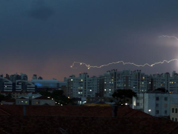 Chegada de frente fria trouxe tempestade com raios para Curitiba e região