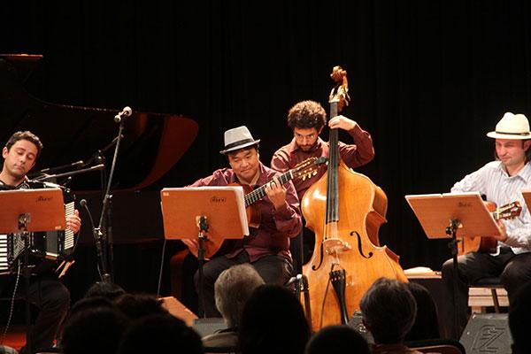 A Camerata Antiqua e a Orquestra à Base de Cordas sobem juntas ao palco do Guairão, hoje