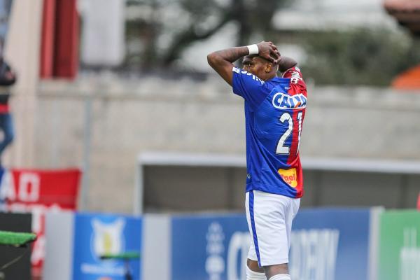 Maicosuel lamenta gol perdido contra o Ceará, na Vila Capanema, pelo Brasileirão 2018