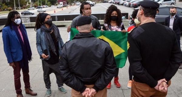 Ato teve como objetivo repudiar a ação de vandalismo que queimou, na segunda-feira (01), a bandeira do Brasil que fica hasteada em frente ao Palácio Iguaçu.