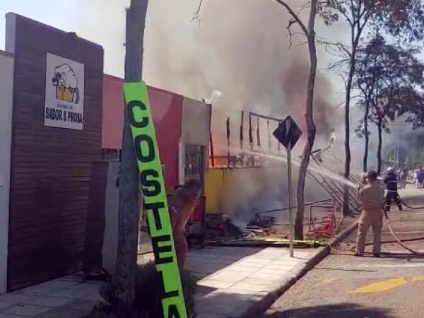 Bombeiros combatem o fogo no aviário