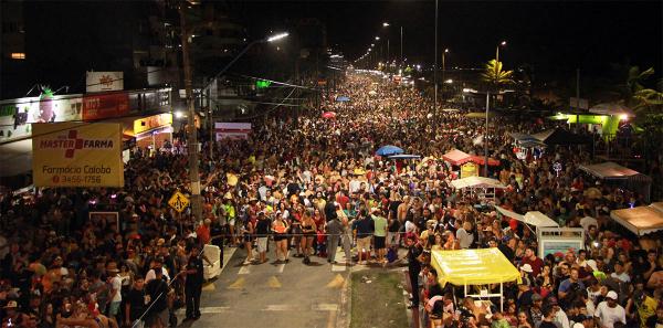 Movimento de Carnaval na praia de Caiobá, em Matinhos
