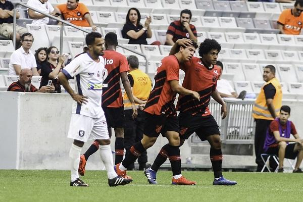 Jogadores do Athletico comemoram gol na Arena, sobre o Cianorte