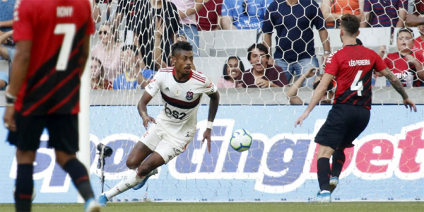 Athletico pifa na defesa, perde para o Flamengo e vê cair tabu na Arena