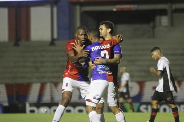 Com gols de artilheiro, Paraná Clube goleia o lanterna, encerra jejum e cola no G4