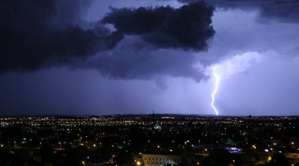Chove no Oeste e Sudoeste do Paraná; interior corre risco de temporais até segunda-feira