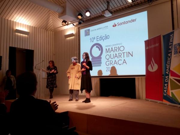A premiação para a professora Camila Marchioro em Lisboa