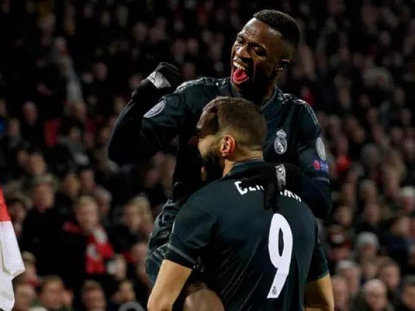 Vinícius Júnior e Benzema comemoram o primeiro gol do Real Madrid