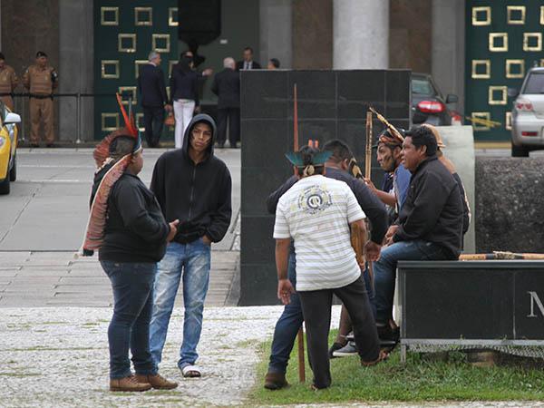 Índios em frente ao Palácio Iguaçu