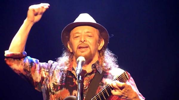 O cantor Geraldo Azevedo se apresentaria neste domingo, na Ópera de Arame.