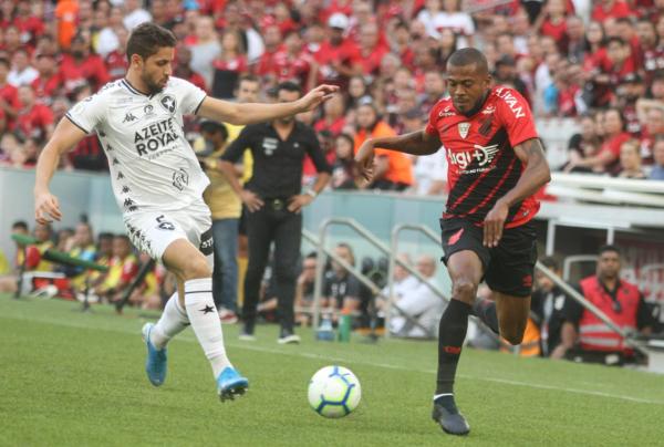 Athletico perde pênalti e tem gol anulado, mas vence fácil o Botafogo