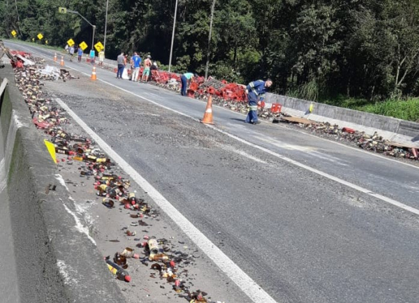Caminhão tomba e espalha carga de garrafas na BR-376 em Guaratuba