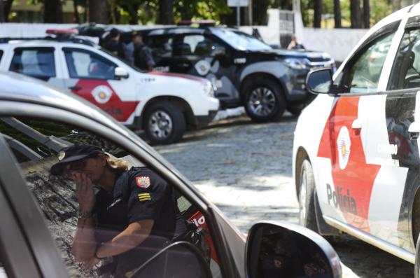Policiais no entorno da Escola Estadual em Suzano: barbárie