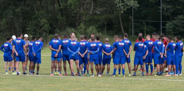 Alan Aal conversa com os jogadores, durante treino do Paraná Clube