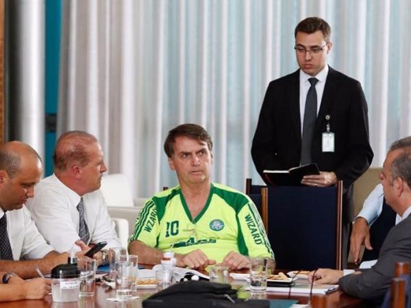 Bolsonaro com camiseta pirata do Palmeiras: imagem causou repercussão instantânea, com alguns torcedores questionando a conduta do político e com outros minimizando o fato