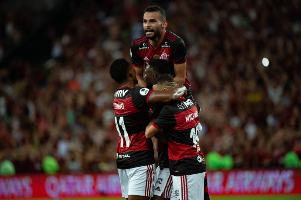 Jogadores do Flamengo comemoram gol sobre o Independiente Del Valle