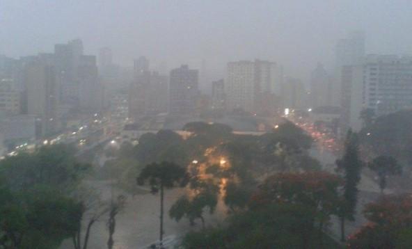 Em 24 horas, Curitiba registra 47 milimetros de chuva e alagamento no Tatuquara