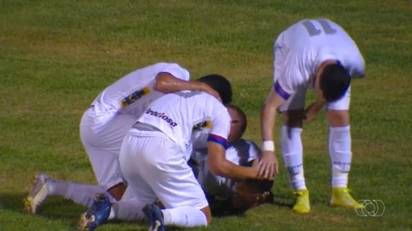 Jogadores do Paraná comemoram o primeiro gol sobre o Palmas