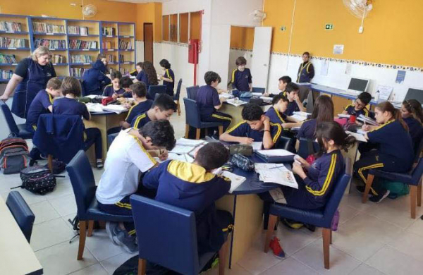 Grupo de alunos no contraturno: horário para tirar dúvidas e reforçar conteúdo aprendido em sala