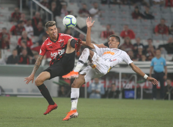 Bruno Nazário, do Athletico, e Pedrinho, do Corinthians, disputam lance