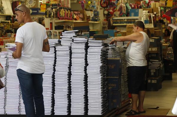 Lojas de Curitiba já colocaram os materiais escolares nas vitrines