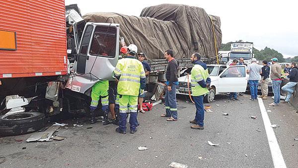 Acidente envolvendo caminhão na BR-116, em Curitiba