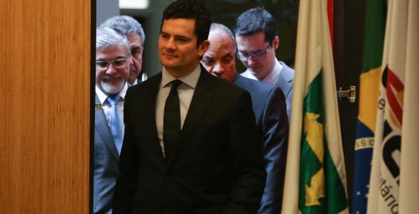 """Moro e Dallagnol (atrás à direita): ex-juiz teria criticado denúncia contra tucano por ele ser """"alguém cujo apoio é importante"""""""