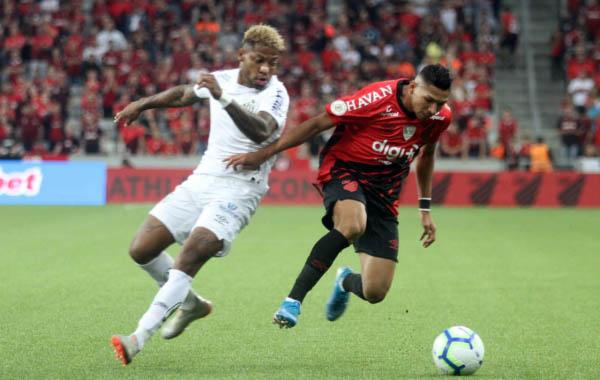 Rony, do Athletico, contra o Santos
