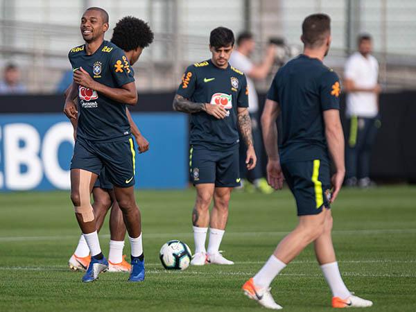 Fernandinho (com proteção no joelho): sem sustos no treino