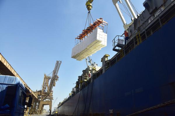 Navio é abastecido com celulose produzida pela Klabin, fabricante de papel e celulose no Paraná