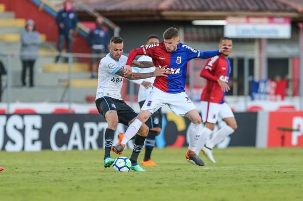 Caio Henrique, em jogo do Paraná contra o Grêmio