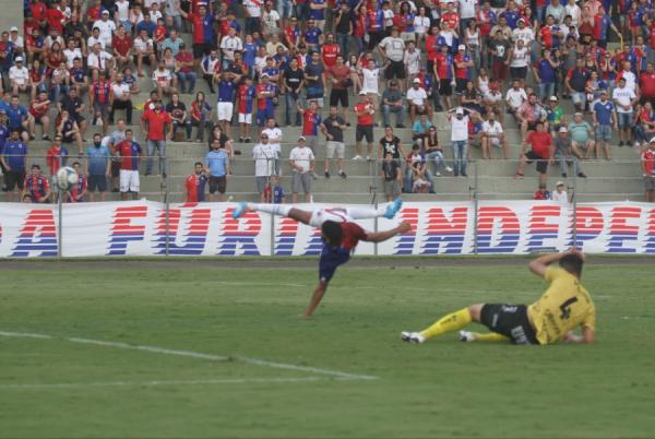 Rodolfo chuta para fazer o segundo gol do Paraná Clube contra o Cascavel