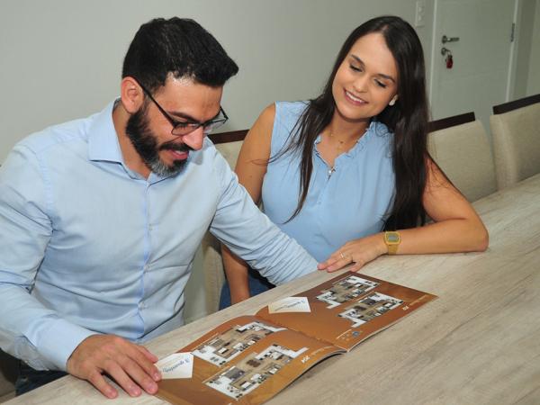 O casal Thiago Luis Moreira e Thassiana Krpzack Vilela escolheu imóvel pela área de lazer