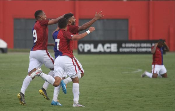Jogadores do Paraná Clube comemoram gol sobre o FC Cascavel, na Vila Capanema