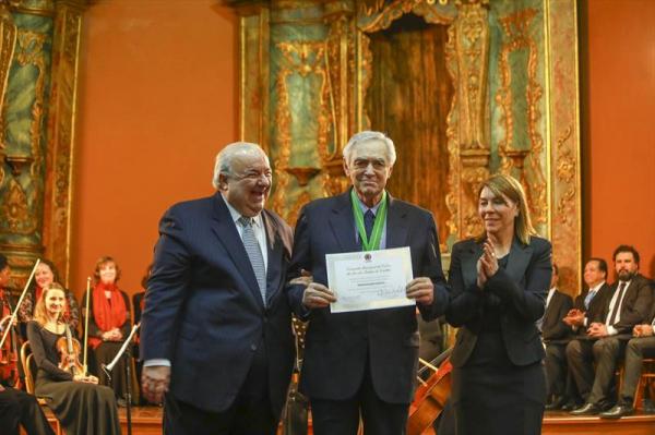 Ceneviva recebendo a medalha Ordem Muicipal da Luz dos Pinhais de Curitiba, em 2018