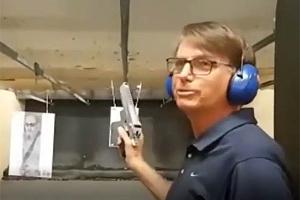 Video de Bolsonaro dando tiros de pistola nos EUA viraliza. Veja aqui