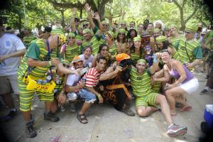 Mais de 130 blocos desfilam pelas ruas do Rio antes do carnaval