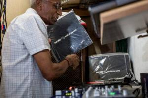 Primeiro DJ do Brasil, seu Osvaldo traz a sua 'orquestra invisível´ a Curitiba neste sábado