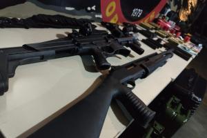 Homem sai de casa com arsenal de armas para matar a ex-namorada